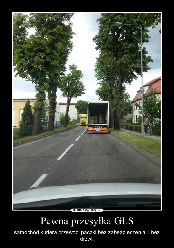 Pewna przesyłka GLS – samochód kuriera przewozi paczki bez zabezpieczenia, i bez drzwi,