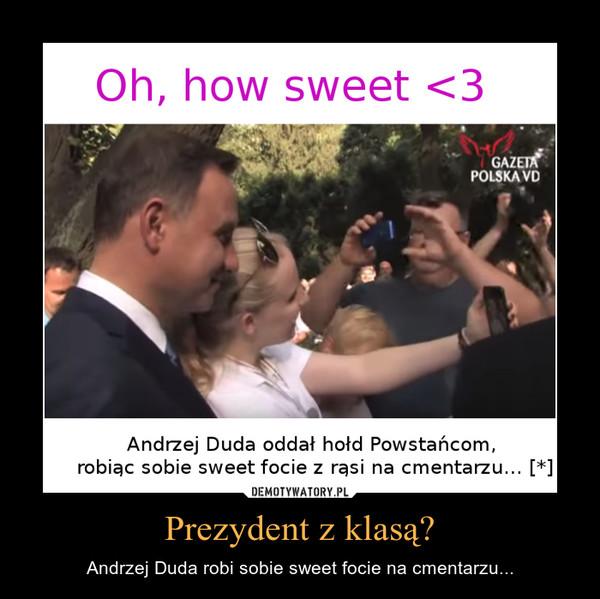 Prezydent z klasą? – Andrzej Duda robi sobie sweet focie na cmentarzu...