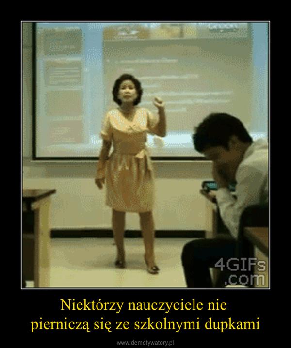 Niektórzy nauczyciele nie pierniczą się ze szkolnymi dupkami –