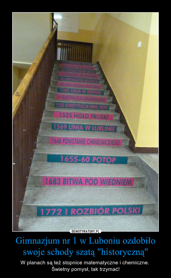 """Gimnazjum nr 1 w Luboniu ozdobiło swoje schody szatą """"historyczną"""" – W planach są też stopnice matematyczne i chemiczne. Świetny pomysł, tak trzymać!"""