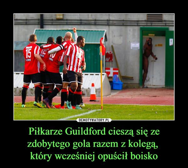 Piłkarze Guildford cieszą się ze zdobytego gola razem z kolegą, który wcześniej opuścił boisko –