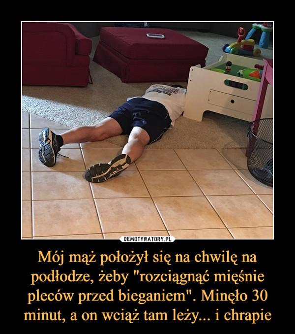 """Mój mąż położył się na chwilę na podłodze, żeby """"rozciągnąć mięśnie pleców przed bieganiem"""". Minęło 30 minut, a on wciąż tam leży... i chrapie –"""