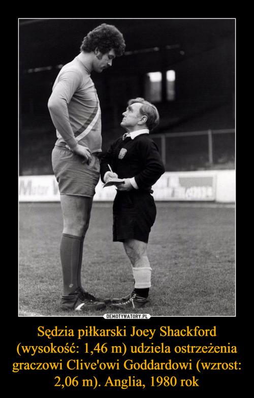 Sędzia piłkarski Joey Shackford (wysokość: 1,46 m) udziela ostrzeżenia graczowi Clive'owi Goddardowi (wzrost: 2,06 m). Anglia, 1980 rok