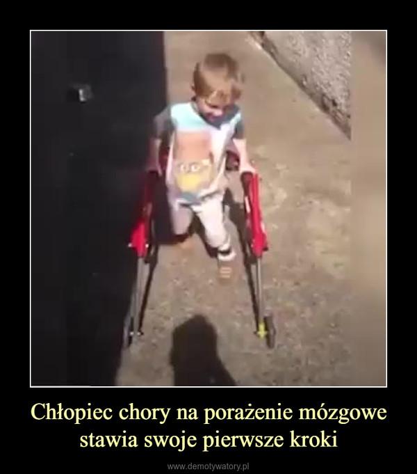 Chłopiec chory na porażenie mózgowestawia swoje pierwsze kroki –