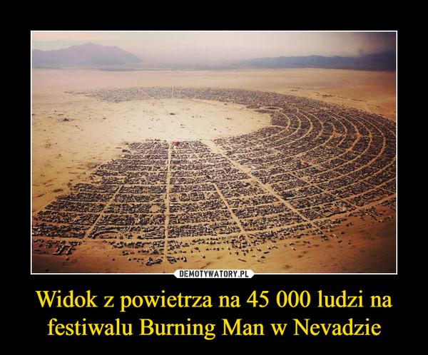 Widok z powietrza na 45 000 ludzi na festiwalu Burning Man w Nevadzie –