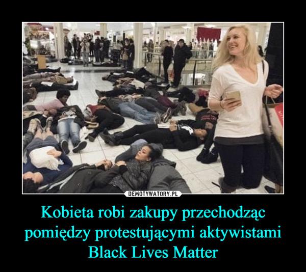 Kobieta robi zakupy przechodząc pomiędzy protestującymi aktywistami Black Lives Matter –
