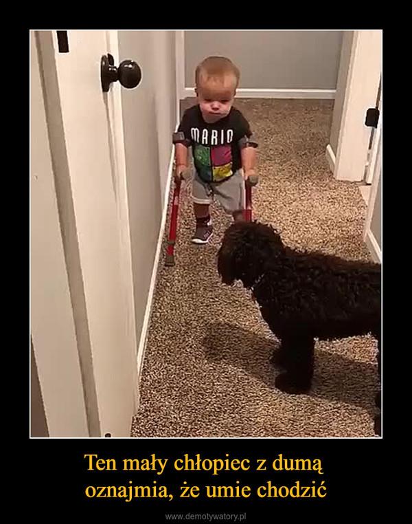 Ten mały chłopiec z dumą oznajmia, że umie chodzić –