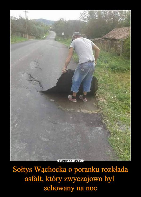 Sołtys Wąchocka o poranku rozkłada asfalt, który zwyczajowo był schowany na noc –