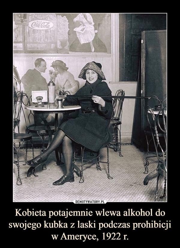 Kobieta potajemnie wlewa alkohol do swojego kubka z laski podczas prohibicji w Ameryce, 1922 r. –