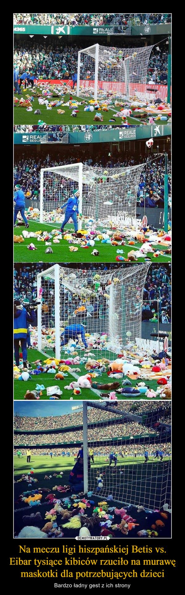 Na meczu ligi hiszpańskiej Betis vs. Eibar tysiące kibiców rzuciło na murawę maskotki dla potrzebujących dzieci – Bardzo ładny gest z ich strony
