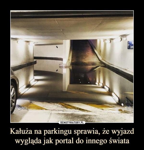 Kałuża na parkingu sprawia, że wyjazd wygląda jak portal do innego świata –