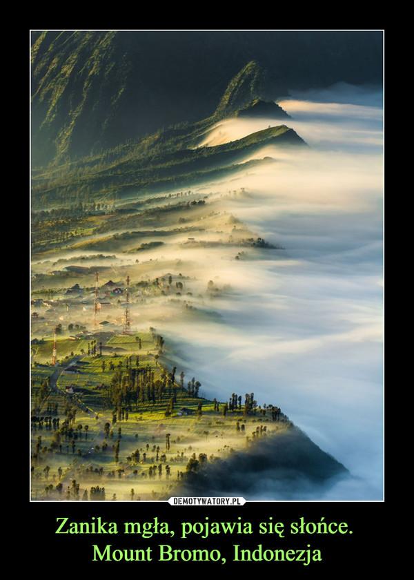 Zanika mgła, pojawia się słońce. Mount Bromo, Indonezja –
