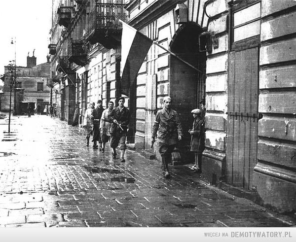 1944 - Polacy zachowują przepisową odległośćz powodupandemii Niemca. –