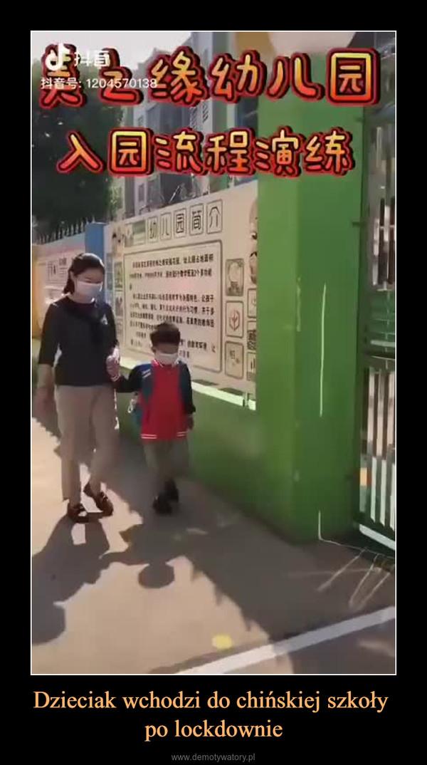 Dzieciak wchodzi do chińskiej szkoły po lockdownie –