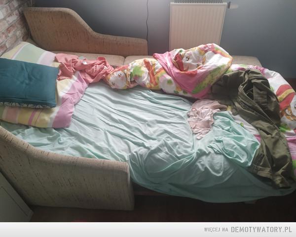 Łóżko córki po wyjściu do szkoły –