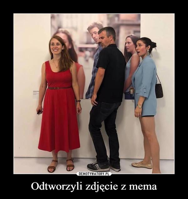 Odtworzyli zdjęcie z mema –