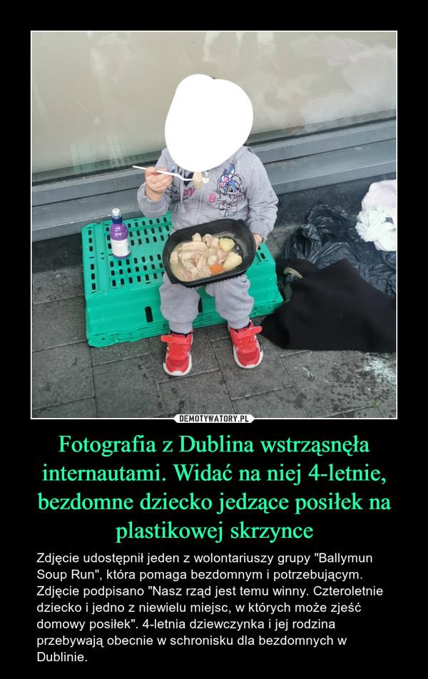 """Fotografia z Dublina wstrząsnęła internautami. Widać na niej 4-letnie, bezdomne dziecko jedzące posiłek na plastikowej skrzynce – Zdjęcie udostępnił jeden z wolontariuszy grupy """"Ballymun Soup Run"""", która pomaga bezdomnym i potrzebującym. Zdjęcie podpisano """"Nasz rząd jest temu winny. Czteroletnie dziecko i jedno z niewielu miejsc, w których może zjeść domowy posiłek"""". 4-letnia dziewczynka i jej rodzina przebywają obecnie w schronisku dla bezdomnych w Dublinie."""