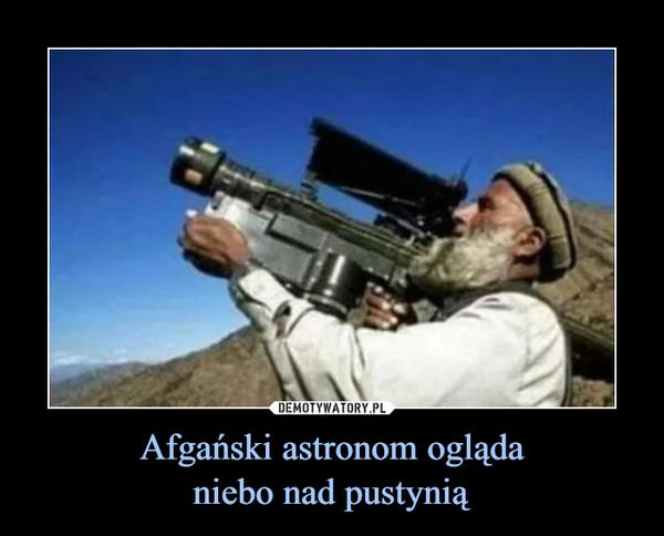Afgański astronom oglądaniebo nad pustynią –