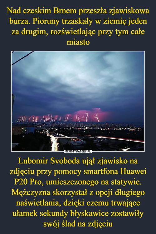 Nad czeskim Brnem przeszła zjawiskowa burza. Pioruny trzaskały w ziemię jeden za drugim, rozświetlając przy tym całe miasto Lubomir Svoboda ujął zjawisko na zdjęciu przy pomocy smartfona Huawei P20 Pro, umieszczonego na statywie. Mężczyzna skorzystał z opcji długiego naświetlania, dzięki czemu trwające ułamek sekundy błyskawice zostawiły swój ślad na zdjęciu